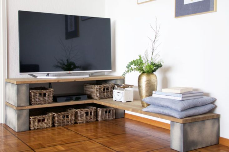 10 diy tv stand ideas you can try at home. Black Bedroom Furniture Sets. Home Design Ideas